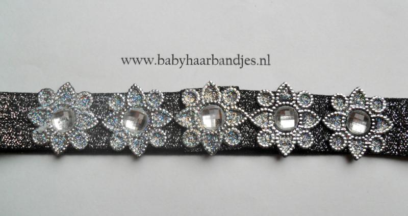 Smalle zwart/zilveren baby haarband met plastic versiering.