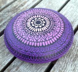 Mandala steen paars met zwarte henna accenten