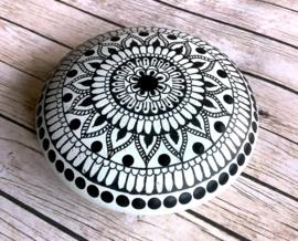 Mandala steen  in wit met henna design in zwart
