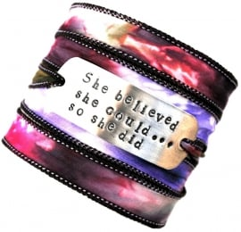 Wikkelarmband habotai zijde ,quote armband, inspiratie armband, handgestempeld, SHE BELIEVED SHE COULD SO SHE DID