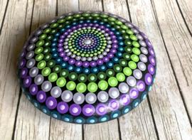 Mandala steen in paars, groen en blauw