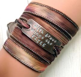 Zijden wikkelarmband, yoga armband,quote armband, inspiratie armband, handgestempeld,with brave wings she flies #173