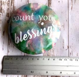 Handgeverfde steen met quote Count your blessings