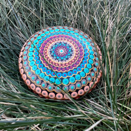 Mandala steen in turquoise, rood en goud