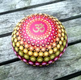 Mandala steen Ohm  in roze, geel en groen