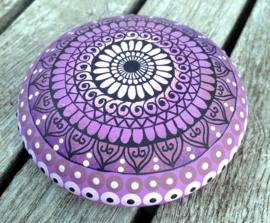 Mandala steen ombre in lila met henna design in zwart