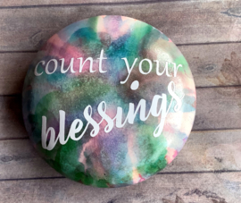 Handgeverfde steen met quote Count your blessings