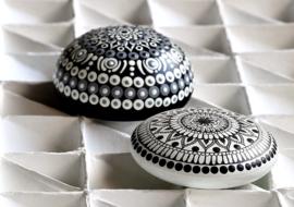 Mandala steen in zwart en wit