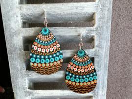 Handbeschilderde mandala oorbellen in turquoise en goud