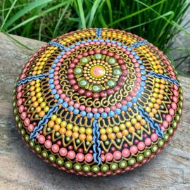 Mandala steen met meerdere kleuren