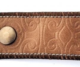 Handgemaakte geemboste leren armband