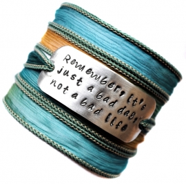 Wikkelarmband crinkle zijde inspiratie armband handgestempeld REMEMBER, IT'S JUST A BAD DAY, NOT A BAD LIFE