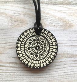 Mandala ketting zwart wit in henna motief