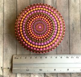 Mandala steen in mooie warme kleuren