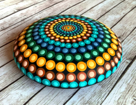 Mandala steen in sprekende kleuren