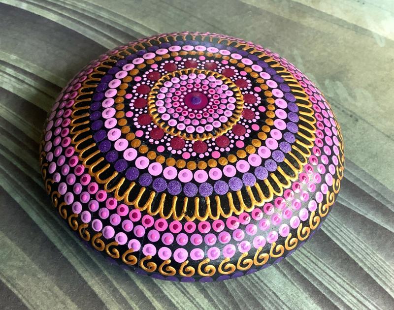 Mandala steen in roze, paars en goud