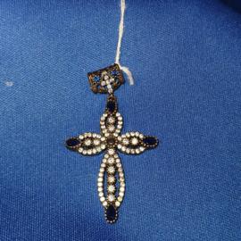 Zilveren kruis met kristallen