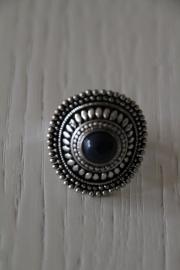 ring met donkerblauwe steen