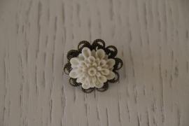 ring met bloem, crème