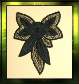 Zwarte applicatie met satijn bloem