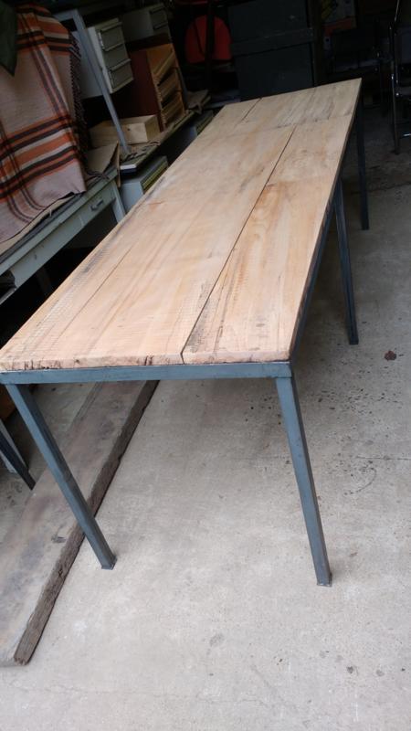 Grote industriële tafel [sld]