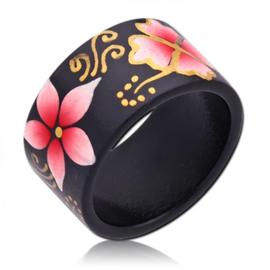 houten ring met roze bloemen