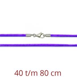 paars zijde ketting met zilveren sluiting