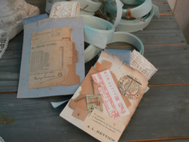 Zakje van oud papier met band en wit kant