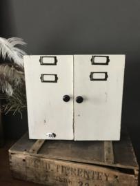 Oud vakkenkastje met deurtjes
