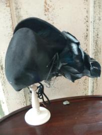 Oud zwart hoedje met veren