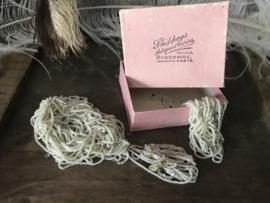 Oud juweliersdoosje witte  kraaltjes