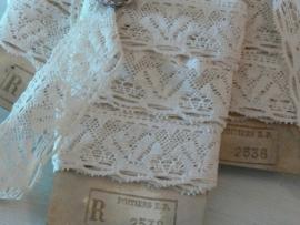 Label met 2 m. oud creme kant - bewerkt hart (LK10)