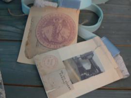 Zakje van oud papier met band en beige kant