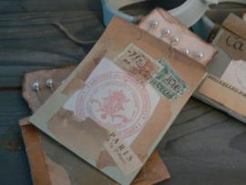 Zakje oud papier met speldenkaartje