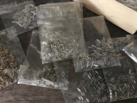 Oud doosje met 15 oude zakjes kralen