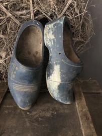 Paar oude blauwe klompen