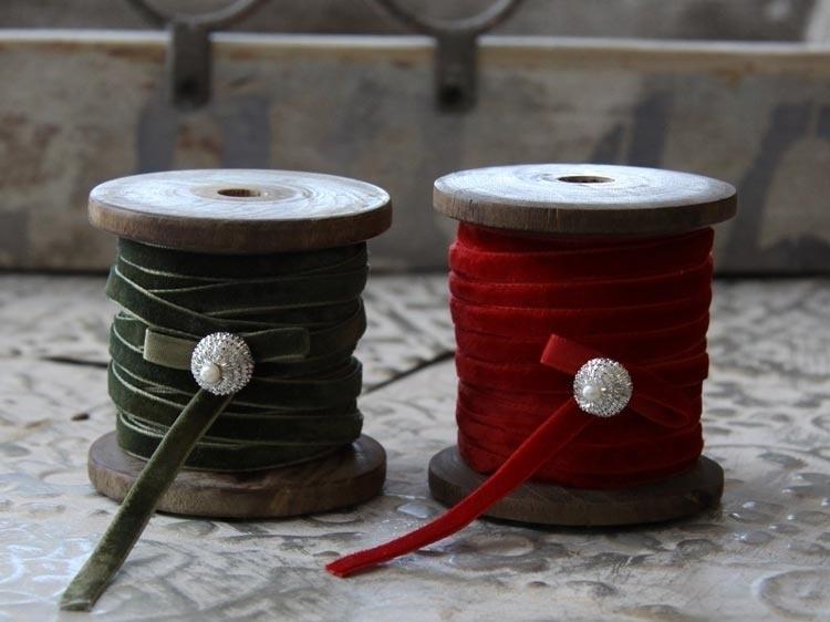"""""""Chic Antique """" 10 meter rood velours (kerst)lint op houten klos *"""