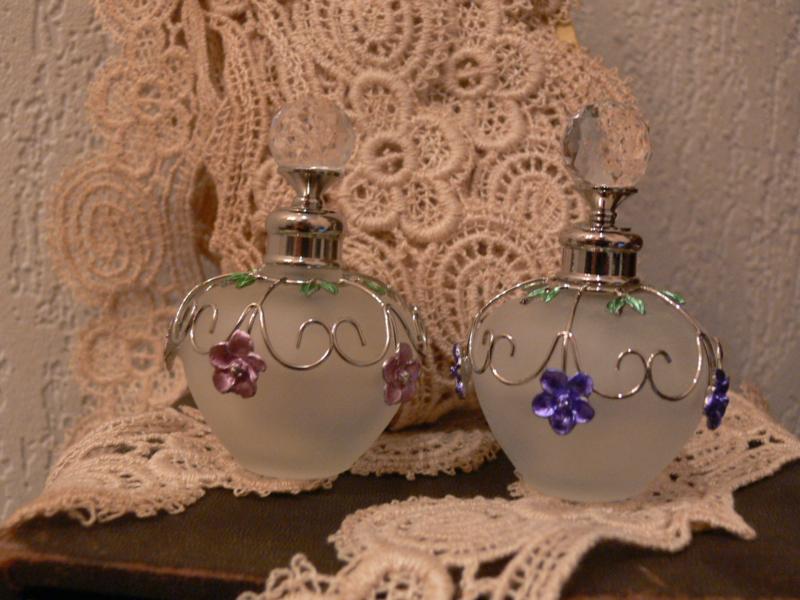 Parfumflesje rond lila bloemen (PF12)