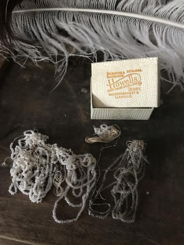 Oud juweliersdoosje kraaltjes
