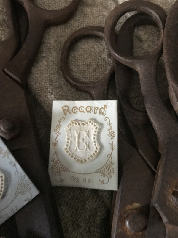 Oud envelopje met monogram - E
