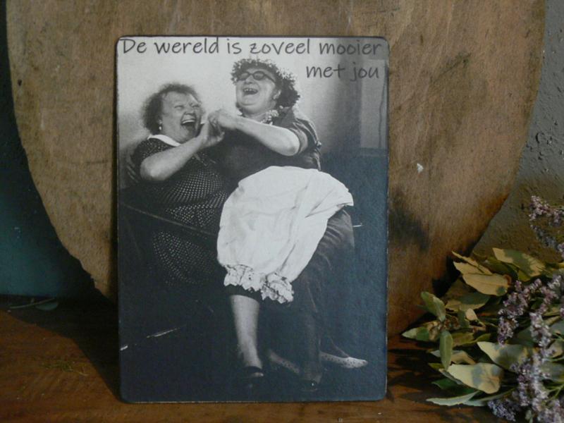 Houten bordje - De wereld is  ...
