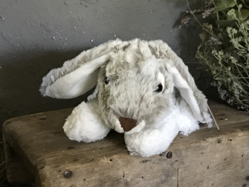 Pluche liggend konijn
