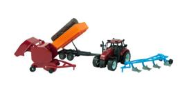 C.W.-Tractor set met ploeg, balenmaker en stammenaanhangers 37cm Rood of groen. In Vensterdoos-Multi Color