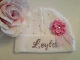 Babymutsje met naam en gehaakt bloemetje