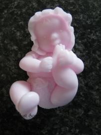 Baby zuigend aan teentjes