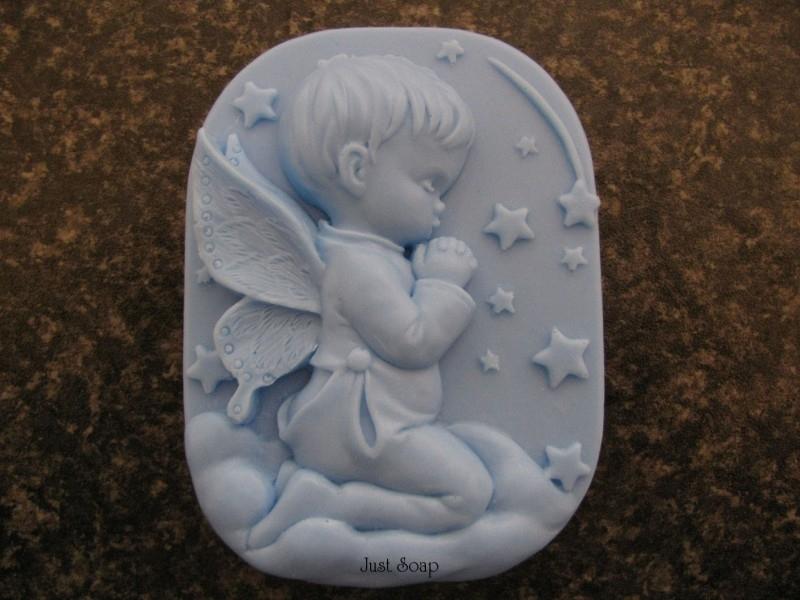 Biddend engel jongetje