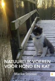 Boek 'Natuurlijk voeren voor hond en kat' door Marike Stooker