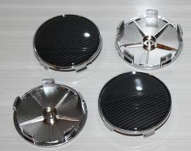 Set van vier naafdoppen in chroom uitvoering met siliconen zwart carbonlook sticker, buitenmaat 68 mm, klemmaat 65,5/66 mm
