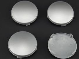 Set van 4 licht gebolde zilvergrijze naafdoppen, buitenmaat doorsnede 59,5 mm en klemmaat 56,5 mm