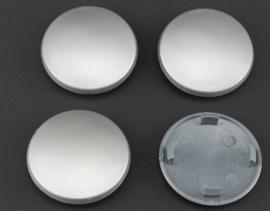 Set van 4 licht gebolde zilvergrijze naafdoppen, buitenmaat 68 mm en klemmaat 55,5 mm